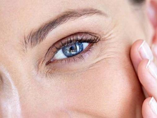 از بین بردن چروک دور چشم با مواد حاوی کلاژن